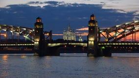 Γέφυρα Bolsheokhtinsky και καθεδρικός ναός Smolny στο πανόραμα νύχτας της θερινής νύχτας Πετρούπολη Άγιος φιλμ μικρού μήκους