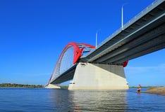 Γέφυρα Bugrinskij πέρα από τον ποταμό Ob μια ηλιόλουστη θερινή ημέρα στο Ν στοκ εικόνα