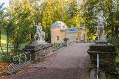 Γέφυρα Centaurs Pavlovsk στο πάρκο Στοκ Φωτογραφίες