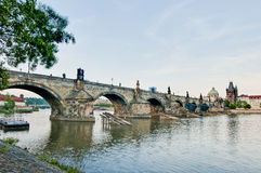 γέφυρα Charles που διασχίζει τ&om Στοκ φωτογραφία με δικαίωμα ελεύθερης χρήσης