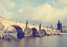 Γέφυρα Charles στην Πράγα μια ηλιόλουστη ημέρα  αναδρομικό ύφος Στοκ εικόνα με δικαίωμα ελεύθερης χρήσης