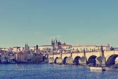 Γέφυρα Charles στην Πράγα μια ηλιόλουστη ημέρα  αναδρομικό ύφος Στοκ φωτογραφία με δικαίωμα ελεύθερης χρήσης