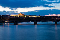 Γέφυρα Charles στην Πράγα τη νύχτα Στοκ Φωτογραφίες