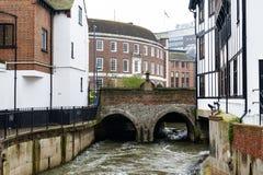 Γέφυρα Clattern πέρα από το Hogsmill, ένας παραπόταμος του ποταμού Τάμεσης, στην πόλη του Κίνγκστον επάνω στον Τάμεση, Αγγλία Στοκ Εικόνα