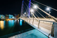 Γέφυρα Crusell τη νύχτα, πέρα από το κανάλι Ruoholahti, στο Ελσίνκι, στοκ φωτογραφίες