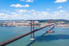 γέφυρα 25 de Abril (Απρίλιος) στη Λισσαβώνα - την Πορτογαλία Στοκ Φωτογραφίες