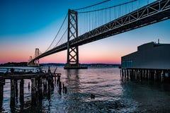 γέφυρα Francisco Όουκλαντ SAN κόλπω&nu στοκ φωτογραφία με δικαίωμα ελεύθερης χρήσης