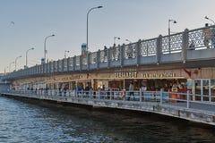 Γέφυρα Galata με τα παραδοσιακά εστιατόρια ψαριών Στοκ Φωτογραφία