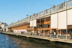 Γέφυρα Galata με την παραδοσιακή αλιεία εστιατορίων και ψαράδων ψαριών Στοκ φωτογραφία με δικαίωμα ελεύθερης χρήσης