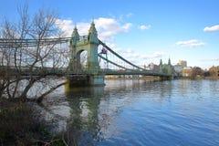 Γέφυρα Hammersmith πέρα από τον ποταμό Τάμεσης στο δήμο Hammersmith και Fulham, Λονδίνο, UK Στοκ φωτογραφία με δικαίωμα ελεύθερης χρήσης