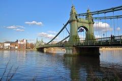 Γέφυρα Hammersmith πέρα από τον ποταμό Τάμεσης στο δήμο Hammersmith και Fulham, Λονδίνο, UK Στοκ Εικόνα