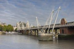 Γέφυρα Hungeford και χρυσές γέφυρες ιωβηλαίου το πρωί, Lond Στοκ Εικόνα