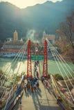 Γέφυρα Jhula Laksman στο χρόνο ανατολής πέρα από τον ποταμό του Γάγκη Στοκ εικόνα με δικαίωμα ελεύθερης χρήσης