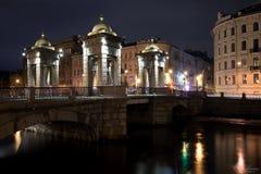 Γέφυρα Lomonosov μέσω του ποταμού Fontanka τη νύχτα θόλος Isaac Πετρούπολη Ρωσία s Άγιος ST καθεδρικών ναών Στοκ Εικόνα