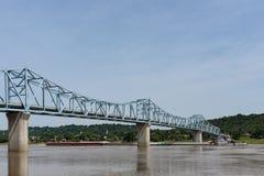 Γέφυρα Milton-Μάντισον στον ποταμό του Οχάιου μεταξύ του Κεντάκυ και του IND στοκ φωτογραφία