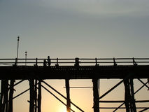 Γέφυρα Mon σκιαγραφιών, φωτογραφία Kanchanaburi Ταϊλάνδη πριν από τη συντριβή στοκ εικόνα