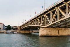 Γέφυρα Petofi πέρα από τον ποταμό Δούναβη στη Βουδαπέστη Στοκ Εικόνες
