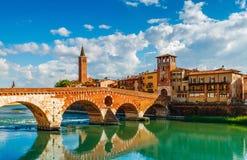 Γέφυρα Ponte Pietra στη Βερόνα στον ποταμό Adige στοκ εικόνες