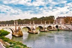 Γέφυρα Ponte Sant Angelo στη Ρώμη πέρα από τον ποταμό Tiber Στοκ Φωτογραφία