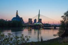 Γέφυρα Provencher και καναδικό μουσείο των ανθρώπινων δικαιωμάτων που εξισώνουν τη νύχτα στοκ φωτογραφία με δικαίωμα ελεύθερης χρήσης