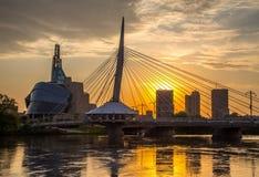 Γέφυρα Provencher και καναδικό μουσείο των ανθρώπινων δικαιωμάτων που εξισώνουν τη νύχτα στοκ εικόνα