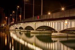 Γέφυρα Quaibruecke στη Ζυρίχη τη νύχτα Στοκ φωτογραφία με δικαίωμα ελεύθερης χρήσης