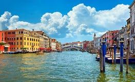 Γέφυρα Rialto στη μεγάλη πανοραμική άποψη Βενετία ορόσημων καναλιών διάσημη Στοκ εικόνα με δικαίωμα ελεύθερης χρήσης