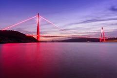 Γέφυρα Selim σουλτάνων της Ιστανμπούλ Yavuz με το κόκκινο φως Στοκ Εικόνα