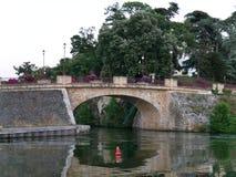 Γέφυρα Sucé πέρα από Erdre στον ποταμό Erdre στην ατλαντική Loire στοκ εικόνες