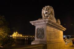 Γέφυρα Szechenyi στη Βουδαπέστη Ουγγαρία Όμορφη γέφυρα πέρα από το Δούναβη Καλύτερη γέφυρα κατά την άποψη νύχτας της Βουδαπέστης  Στοκ Φωτογραφία