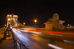 Γέφυρα Szechenyi στη Βουδαπέστη Ουγγαρία Όμορφος ποταμός Δούναβη δεμένη όψη σκαφών λιμένων νύχτας στοκ φωτογραφία