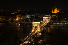 Γέφυρα Szechenyi στη Βουδαπέστη Ουγγαρία Όμορφος ποταμός Δούναβη δεμένη όψη σκαφών λιμένων νύχτας στοκ φωτογραφία με δικαίωμα ελεύθερης χρήσης