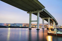 Γέφυρα Tempozan τη νύχτα στοκ εικόνα