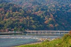 Γέφυρα Togetsulyo και ποταμός Hozu στην εποχή φθινοπώρου σε Arashiyama Στοκ Εικόνες