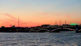 Γέφυρα Troickij, μουσουλμανικό τέμενος καθεδρικών ναών Άγιος-Πετρούπολη και τηλεοπτικός πύργος dusk φιλμ μικρού μήκους