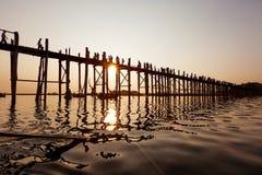 Γέφυρα Ubein στην ανατολή, Mandalay Στοκ Εικόνες