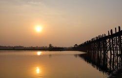 Γέφυρα Ubein στο ηλιοβασίλεμα στο Μιανμάρ Στοκ Εικόνα