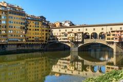 Γέφυρα Vecchio Ponte πέρα από τον ποταμό Arno στην ηλιόλουστη ημέρα Φλωρεντία Ιταλία στοκ φωτογραφία με δικαίωμα ελεύθερης χρήσης