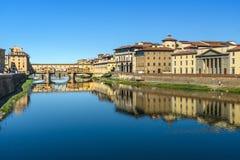 Γέφυρα Vecchio Ponte πέρα από τον ποταμό Arno στην ηλιόλουστη ημέρα Φλωρεντία Ιταλία στοκ εικόνα με δικαίωμα ελεύθερης χρήσης