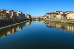 Γέφυρα Vecchio Ponte πέρα από τον ποταμό Arno στην ηλιόλουστη ημέρα Φλωρεντία Ιταλία στοκ εικόνες με δικαίωμα ελεύθερης χρήσης