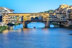 Γέφυρα Vecchio Ponte πέρα από τον ποταμό Arno στην ηλιόλουστη ημέρα Φλωρεντία Ιταλία στοκ φωτογραφία