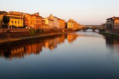 Γέφυρα Vecchio Ponte πέρα από τον ποταμό Arno στη Φλωρεντία Στοκ Φωτογραφίες