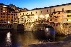 Γέφυρα Vecchio Ponte πέρα από τον ποταμό Arno τη νύχτα Φλωρεντία Ιταλία στοκ εικόνες