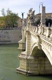 Γέφυρα Vittorio Emanuele 2 της Ρώμης γλυπτό στηλών τόξων Στοκ Φωτογραφίες