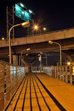 Γέφυρες για τους πεζούς κάτω από τον αυτοκινητόδρομο τη νύχτα Στοκ Εικόνες