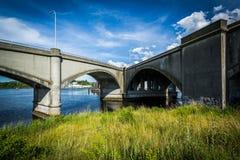Γέφυρες πέρα από τον ποταμό Seekonk στην πρόνοια, Ρόουντ Άιλαντ στοκ εικόνες με δικαίωμα ελεύθερης χρήσης