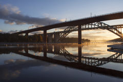 Γέφυρες που απεικονίζονται στο νερό στην όμορφη, πρόωρη αυγή Στοκ Εικόνα