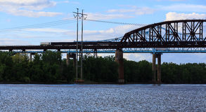 Γέφυρες σιδηροδρόμου και αυτοκινήτων πέρα από τον ποταμό του Hudson στο κρατικό πάρκο Schodack Στοκ Εικόνα