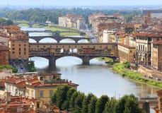 Γέφυρες στη Φλωρεντία Ιταλία και Ponte Vecchio πέρα από τον ποταμό Arno Στοκ Εικόνες