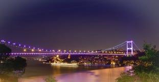 Γέφυρες της Ιστανμπούλ Βόσπορος τη νύχτα Στοκ Φωτογραφία